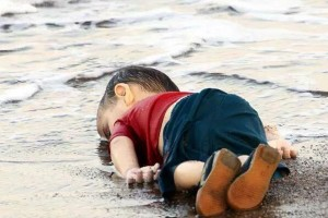 Syrian-toddler-body-drowned-trying-to-cross-in-Turkey-spark-debate-on-refugee-crisis-Sept-2015